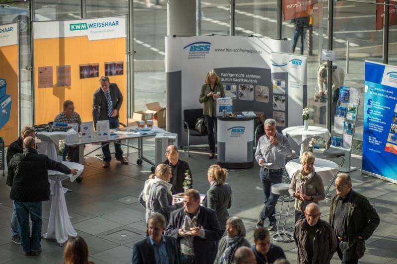 Hell und modern - und ein guter Platz für den fachlichen Austausch, das Foyer der Print Media Akademie Heidelberg